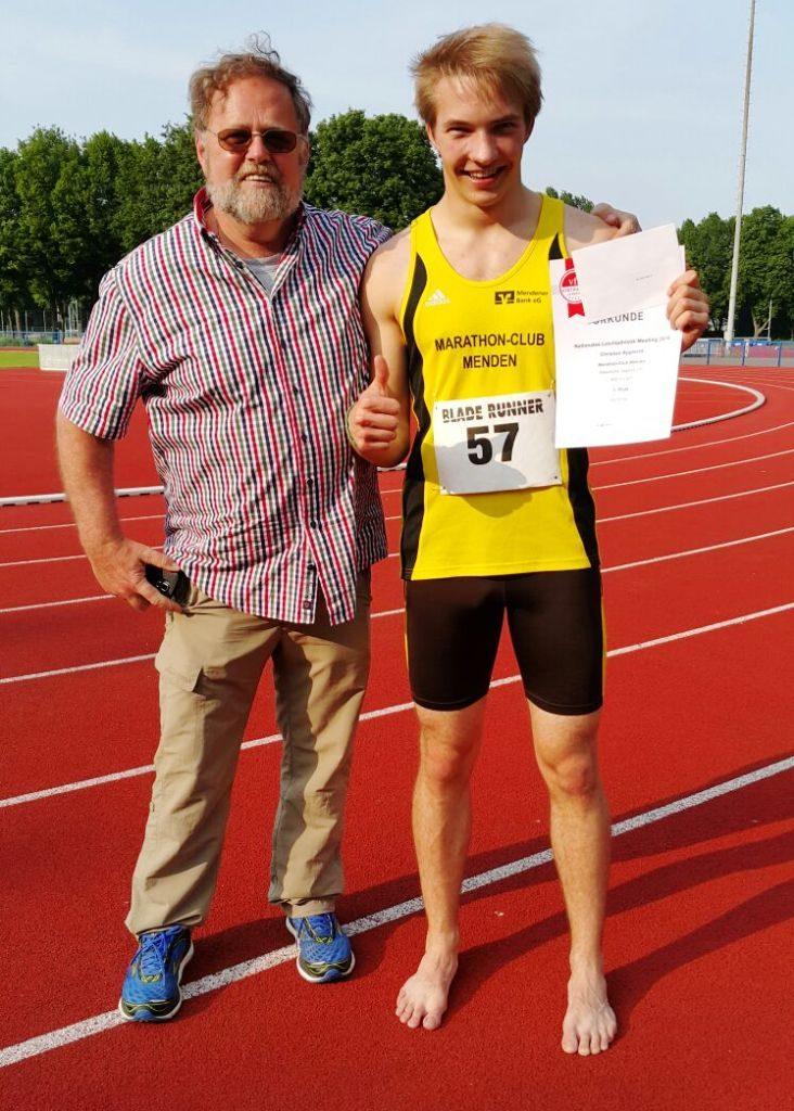 Trainer Hans-Jürgen Kasselmann mit seinem Schützling Christian Apprecht unmittelbar nach den 400 Metern von Hannover